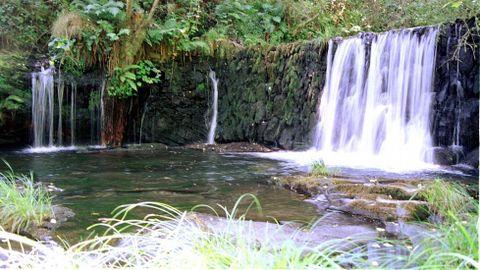Una antigua presa en el río que brota de la cueva de Ceza, en el exterior de la cavidad
