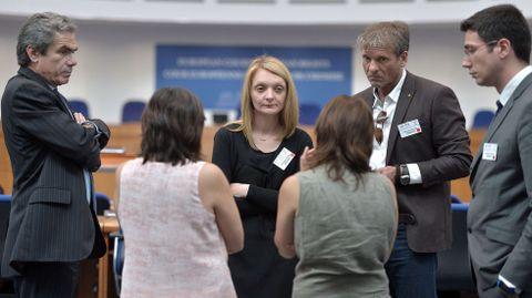 Rachel Lambert habla con sus abogados en Estrasburgo