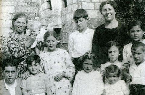 José Mejuto, a la izquierda, con su familia y unos vecinos en 1935, en una de las fotos del libro.