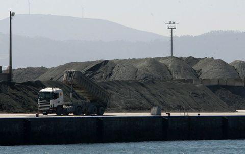La dunita es transportada por camiones de la mina al puerto de Cariño, donde se apila.