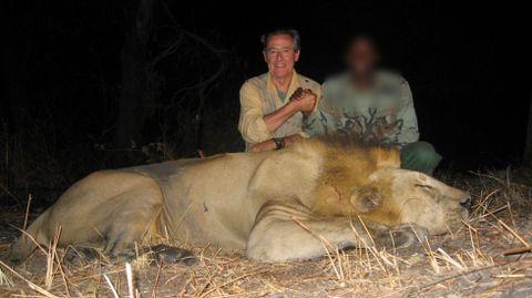 Blesa, junto a un león abatido en una cacería en África, una imagen filtrada procedente de sus correos.