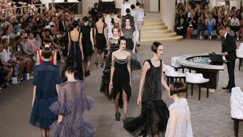 Modelos presentan las creaciones de Chanel