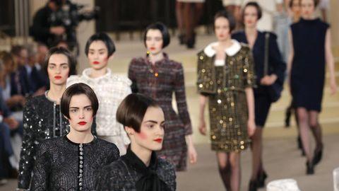 Lagerfeld optó por el pelo corto a la altura del pómulo, y las cejas marcadas y los labios rojos como protagonistas del rostro