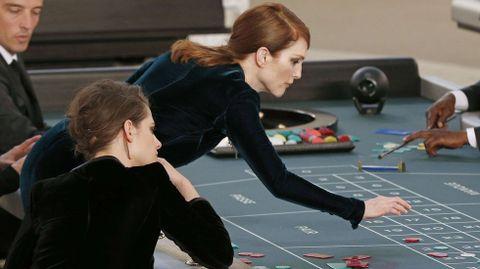 La actriz Julianne Moore se unió a la fiesta del casino de Chanel