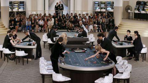 Invitados participando en el casino