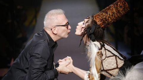 El diseñador y la modelo se monstraron cariñosos en todo de humor ante los invitados