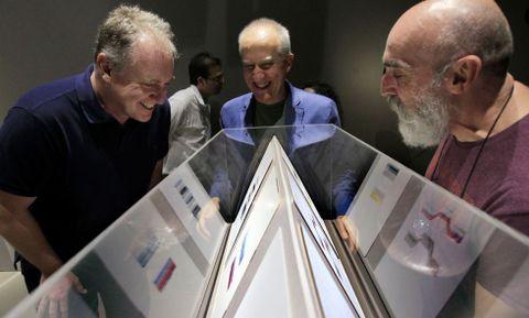 Enrique Juncosa, Juan Uslé y Nelson Villalobos, ayer en la galería Lab_In, ante las obras.