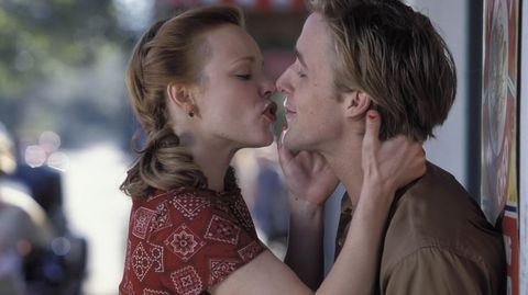 Rachel McAdams y Ryan Gosling nos hicieron creer en el amor con su romance en la película «El diario de Noah», un amor que los actores llevaron a la vida real. Sin embargo tiempo después rompieron. Actualmente el actor es padre de una niña junto a Eva Mendes.