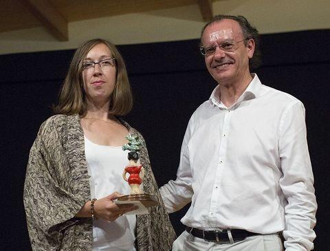 Xosé Luís Vilela entrégalle o premio a Emma Pedreira.