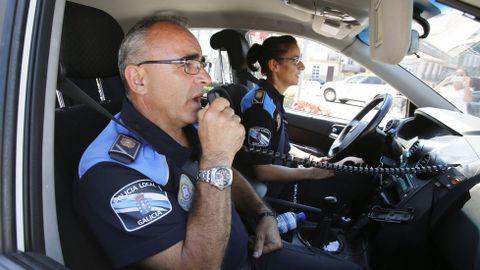 La policía local de Mugardos, alertando a la población de la restricción a través de la megafonía