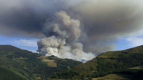 La columna de humo del incendio de Navia era visible a decenas de kilómetros