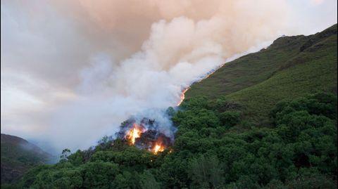 El fuego se declaró a última hora de la tarde del sábado en una zona abrupta y de difícil acceso