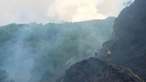 El incendio afecta a una zona situada en el límite entre los municipios de Folgoso do Courel, O Incio y Samos