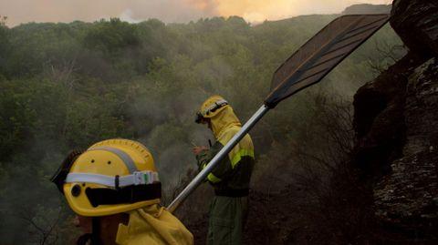 Las tareas de control del incendio se mantuvieron durante toda la noche del sábado al domingo