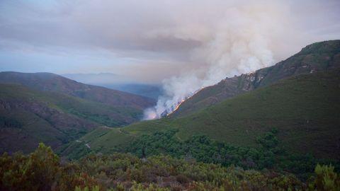 Otro aspecto del incendio en una imagen tomada a última hora de la tarde del sábado
