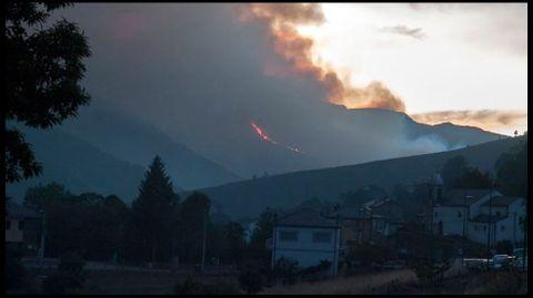 El humo del incendio visto desde Folgoso -la capital del municipio- en una imagen tomada con teleobjetivo a última hora de la tarde del sábado