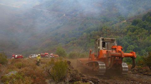 Los bulldozers abren cortafuegos en Monte de Miranda, en O Courel