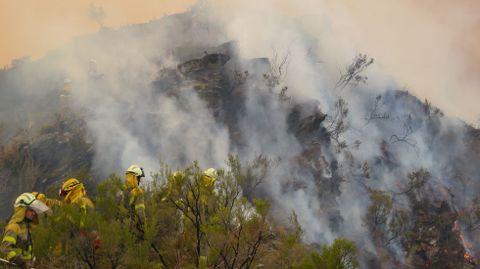 Los bomberos trabajan en la zona de Monte de Miranda, en las proximidades de las aldea de Cortes y Seceda