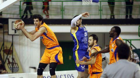 Sergio Olmos captura un rebote durante el Burgos- COB del pasado ejercicio