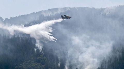 Los medios aéreos contribulleron en gran medida a la extinción del fuego de A Fonsagrada