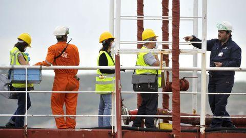 Personal de sanidad exterior examina a la tripulación del buque Granato durante su cuarentena