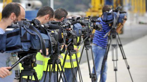 Medios de comunicación junto al buque Granato en el puerto exterior de Ferrol