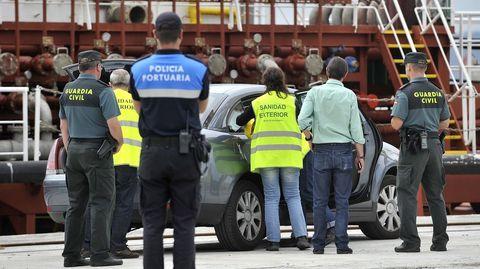 Llegada del personal de sanidad al puerto exterior de Ferrol para examinar el buque Granato tras la muerte de un tripulante por una enfermedad vírica