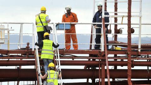 Llegada del personal sanitario al puerto exterior de Ferrol para examinar a la tripulación del buque Granato