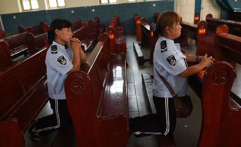 Dos integrantes de un coro rezan en su parroquia de Anyang.