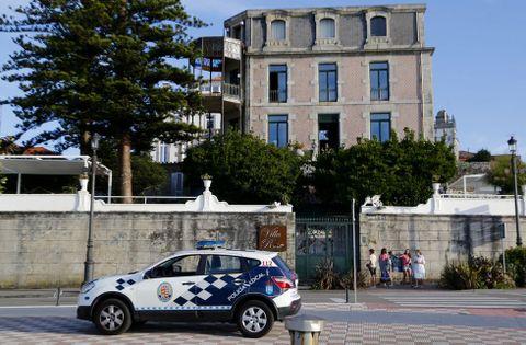 Un coche de la policía permanecía ayer junto a la entrada del local, que cerrará en pleno verano.