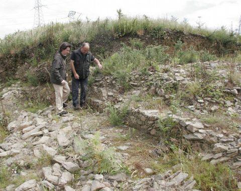 Antón Malde (izquierda) en el castro de As Travesas.