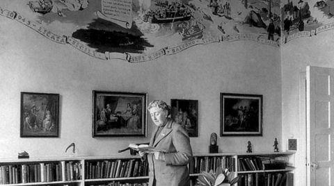 Agatha Christie en la biblioteca de Greenway House, su casa de campo en el condado de Devon