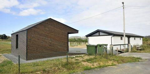 El recinto del aparcamiento de A Penela, en una finca municipal de Loiba, permanece cerrado.
