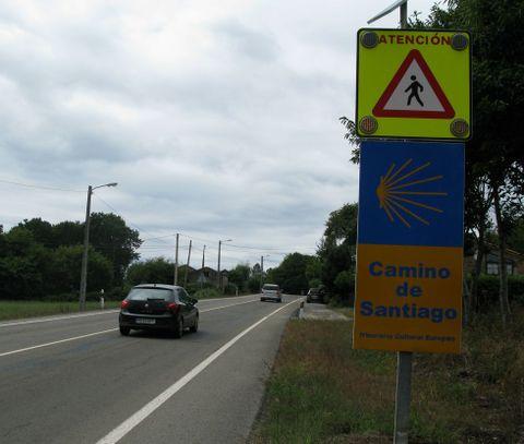 <span lang= es-es >Señales en Palas de Rei, en la subida de Carballal</span>. Fomento ha instalado unas señales con luces que parpadean para advertir a los conductores de que acceden a una zona en la que los peregrinos atraviesan la N-547. En esta zona ya había una limitación de 70 kilómetros por hora.