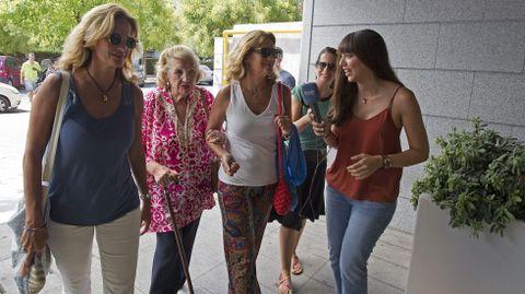 Las tías y la abuela de Lourdes Montes, a su llegada al hospital.