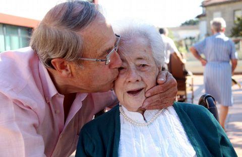 Asunción recibe, a sus 101 años, el cariño de su único familiar vivo, Fernando Daniel.