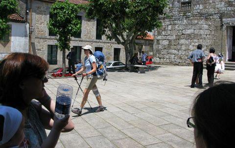 La presencia de peregrinos en el centro de Negreira es una escena habitual.