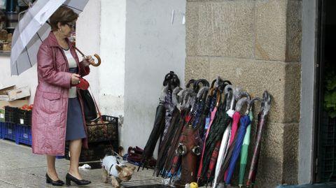 Venta de paraguas en la calle en Vilagarcía.