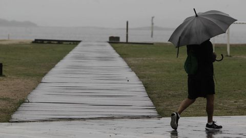 La alerta naranja por fuertes vientos se extiende mañana a casi toda Galicia.