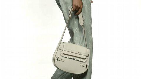 Detalle del bolso que luce una modelo durante el desfile de la diseñadora Ana Locking