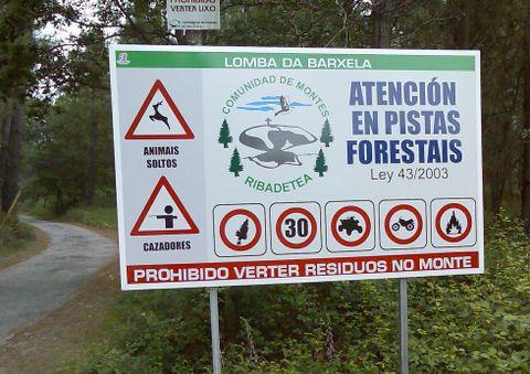 Los comuneros han colocado carteles con las actividades prohibidas.