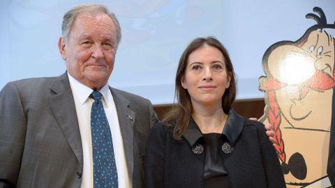 Albert Uderzo posa junto a la hija de Rene Goscinny, Anne, en la presentación de las nuevas aventuras de Astérix.