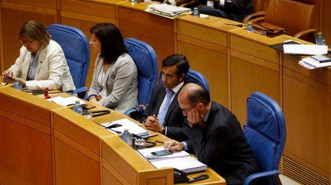 Varios conselleiros escuchan las palabras del presidente de la Xunta durante el debate sobre el estado de la autonomía.