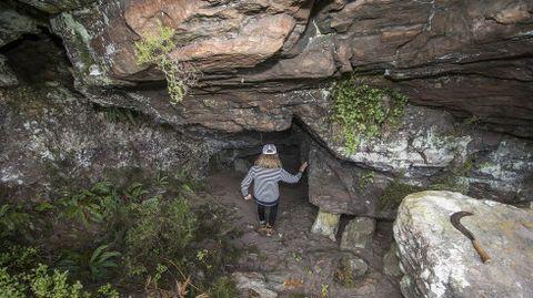 Outro aspecto do interior do túnel natural que serviu en tempos como forno para calcinar mineral de ferro