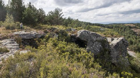 Outra vista do penedo, que serviu tamén como refuxio para os pastores de cabras