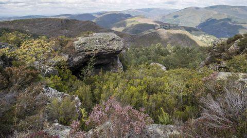 Unha vista exterior do penedo que alberga a ferrería rupestre, situada a 1.200 metros de altura
