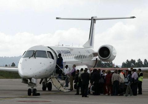 <span lang= es-es >El vuelo inaugural del 1 de junio del 2004</span>. Ese día, Vigo se situó a dos horas de París, previo pago de 300 euros, que era lo que costaba el viaje. Hasta entonces para trasladarse a la ciudad de la luz había que hacer escala en Valladolid, lo que suponía prolongar el viaje de forma considerable.