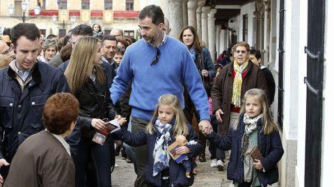 Los príncipes de Asturias junto a sus hijas, las infantas Leonor y Sofía durante la visita privada que realizaron en marzo del 2013 a Almagro (Ciudad Real), ciudad considerada conjunto histórico-artístico y uno de los principales destinos turísticos de Castilla-La Mancha.