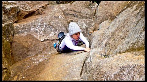 Escena de escalada en una de las zonas rococas equipada para la práctica de este deporte en el cañón del Sil