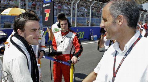 Imagen de archivo. Francisco Camps saluda a un joven Fernando Alonso